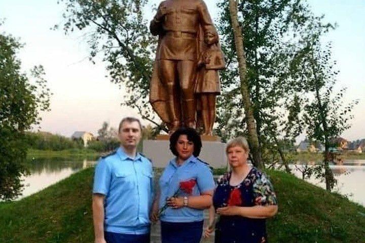 Алтайская прокуратура проверяет своих сотрудников из-за фото у мемориала войны