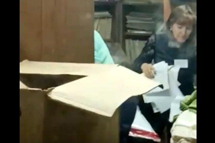 Члены избиркома проводили махинации с бюллетенями после закрытия участков в Кузбассе. Видео