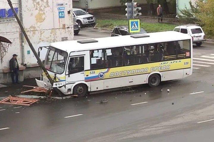 Машина Росгвардии столкнулась с автобусом в Ангарске. Пострадали 14 человек